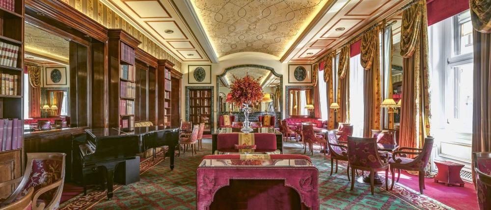 The elegant bistrot in the main ballroom used often for amazing wedding reception, elegant decors.