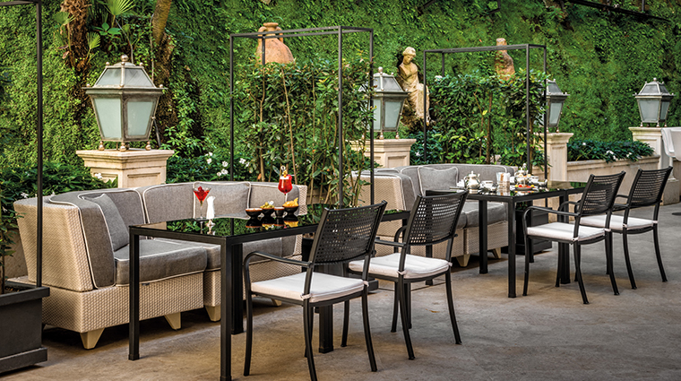 The bistrot in the beautiful court garden of this amazing hotel for weddings in Rome
