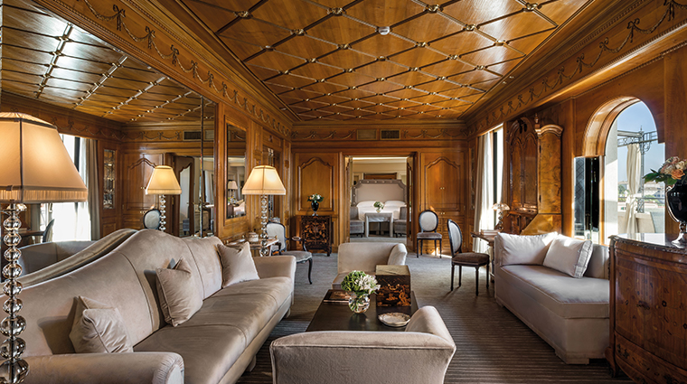 Elegant suite with wood walls, fine decors and beautiful terrace, perferct for newlyweds couples