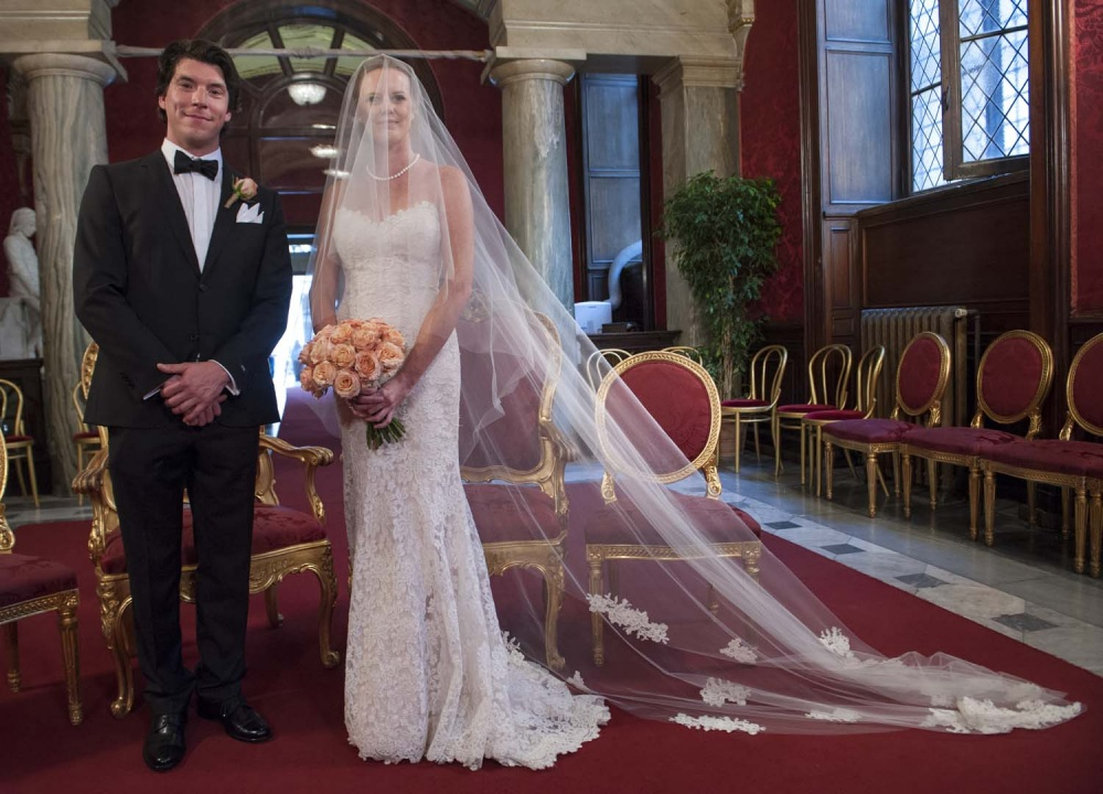 Groom and bride with long veil in the Red Ceremony Hall in Rome