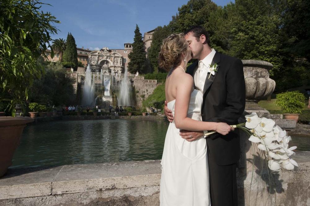 Bride and groom in front of a fountain in Villa d'Este in Tivoli, Rome