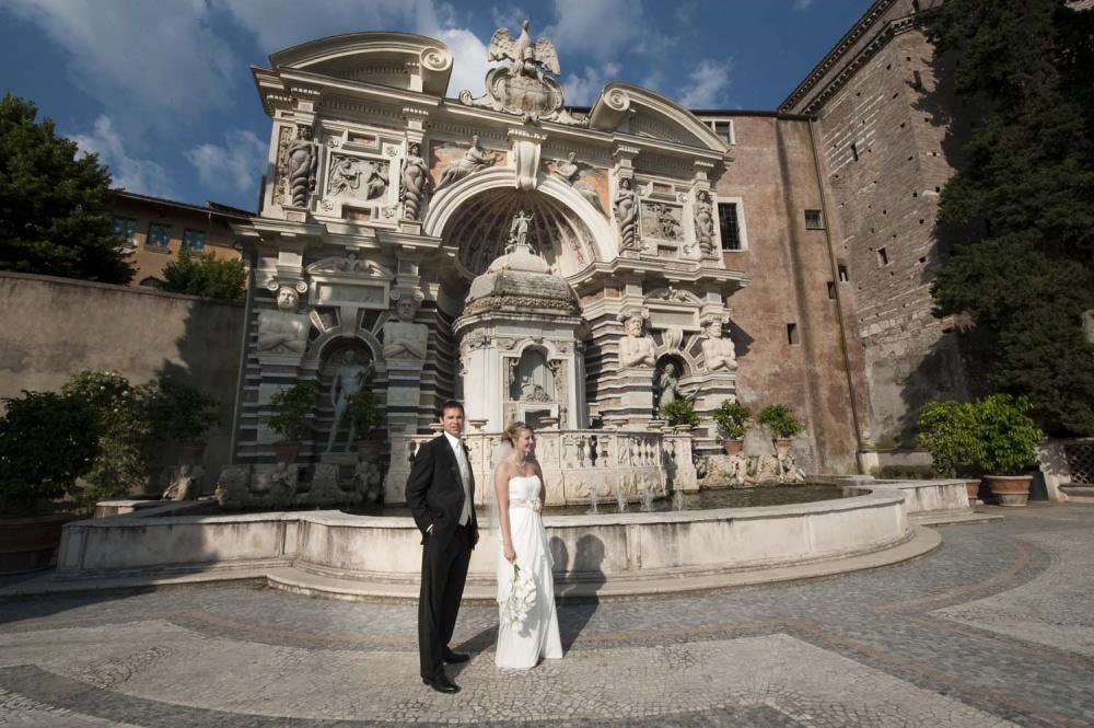 Bride and groom walking in the garden of Villa d'Este in Tivoli on their wedding date