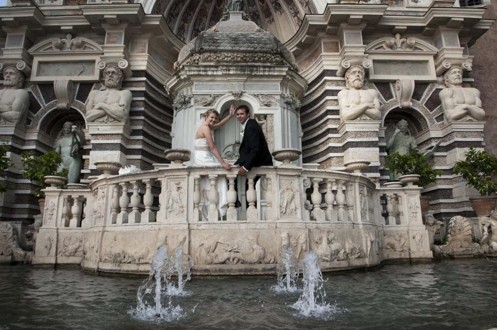 Bride and groom in Villa d'este Tivoli for a wedding