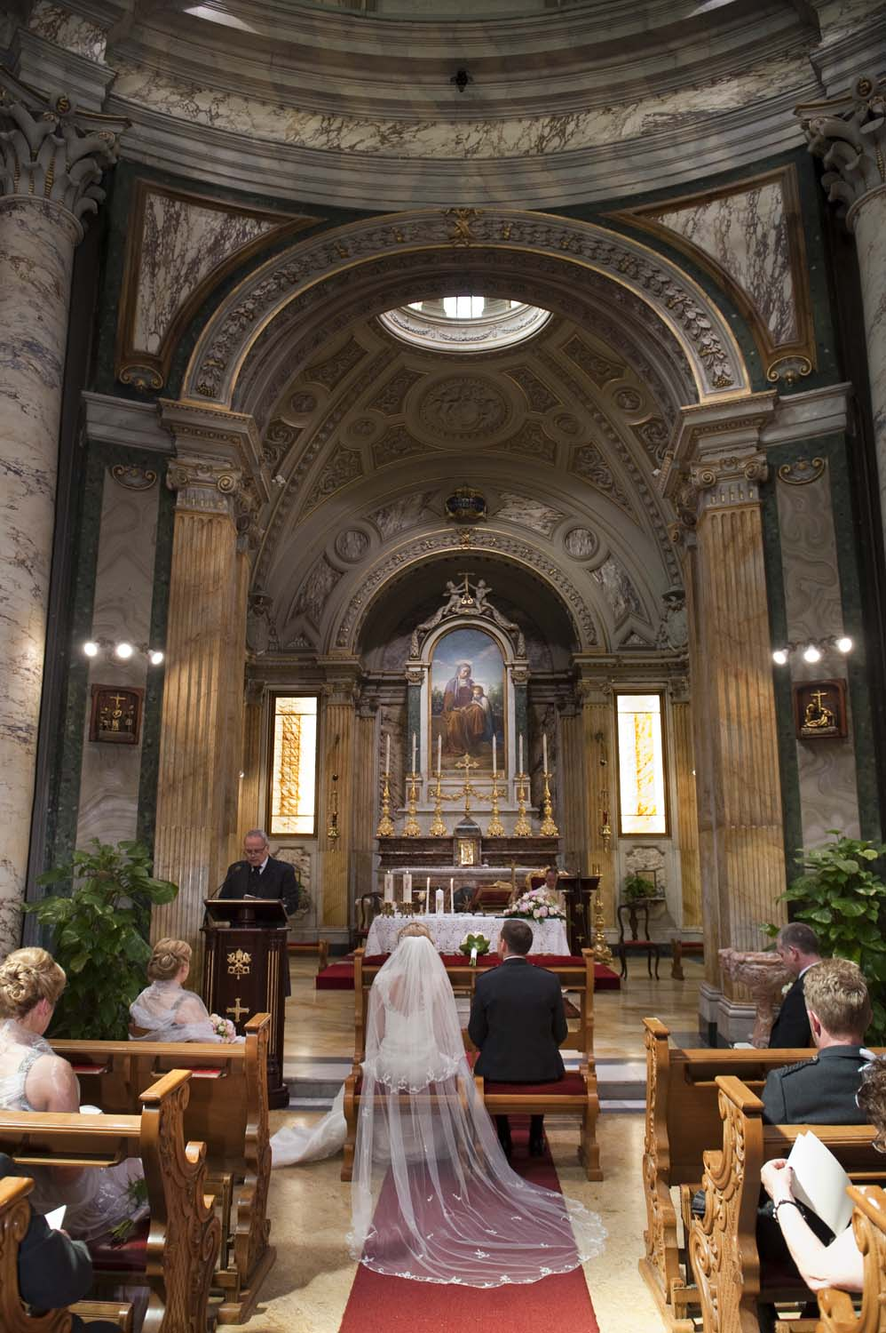 a lovely wedding in the Vatican, an unique church to celebrate intimate weddings