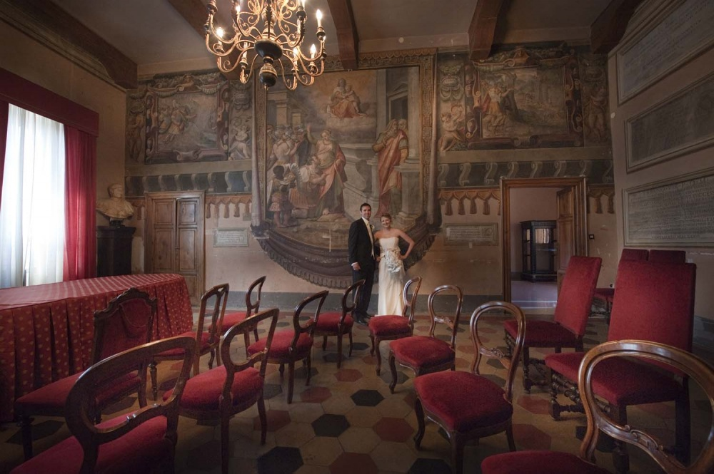 An elegant hall for elegant elopements in historical palace in Tivoli near Rome