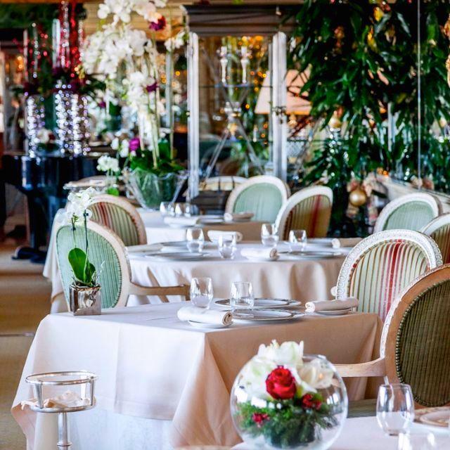 elegant main dining room for weddings full of lovely plants and flowers in the city center of Rome