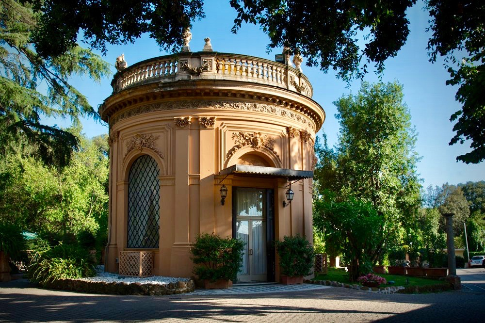 a round hunting lodge in the gardens of an elegant palace for weddings in Rome
