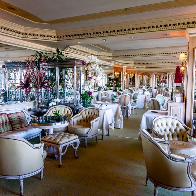 main elegant dining room for weddings with very confy lounge area and fine decors and stlish