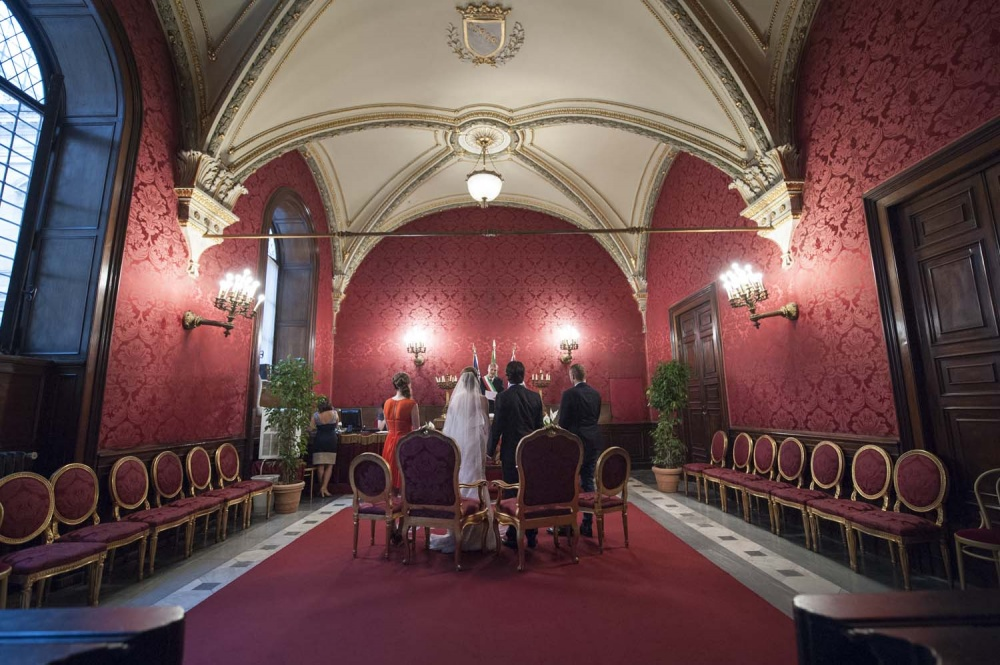 Elopement in Rome with only two guests in the Red Hall in Campidoglio