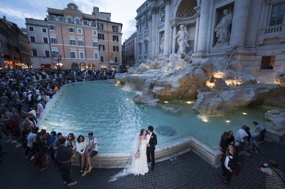 Wedding portrait at Fontana di Trevi with tourists