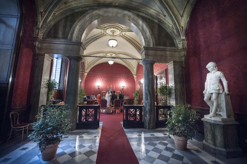 Romantic intimate ceremony in Campidoglio in the red Hall