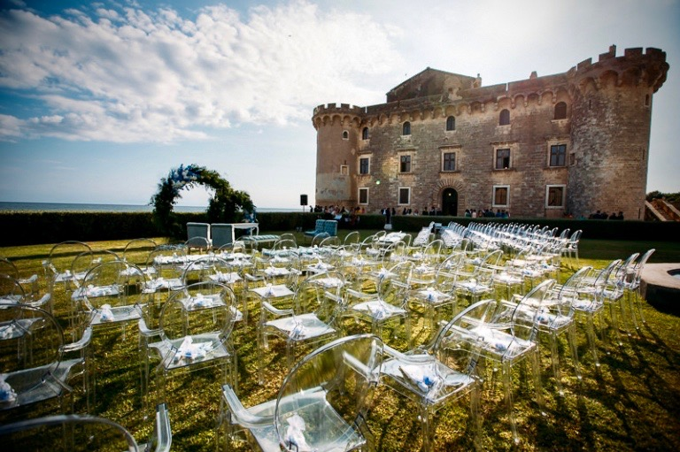 A magical civile ceremony in a fairy tale castle facing the sea near Rome, for a timeless wedding