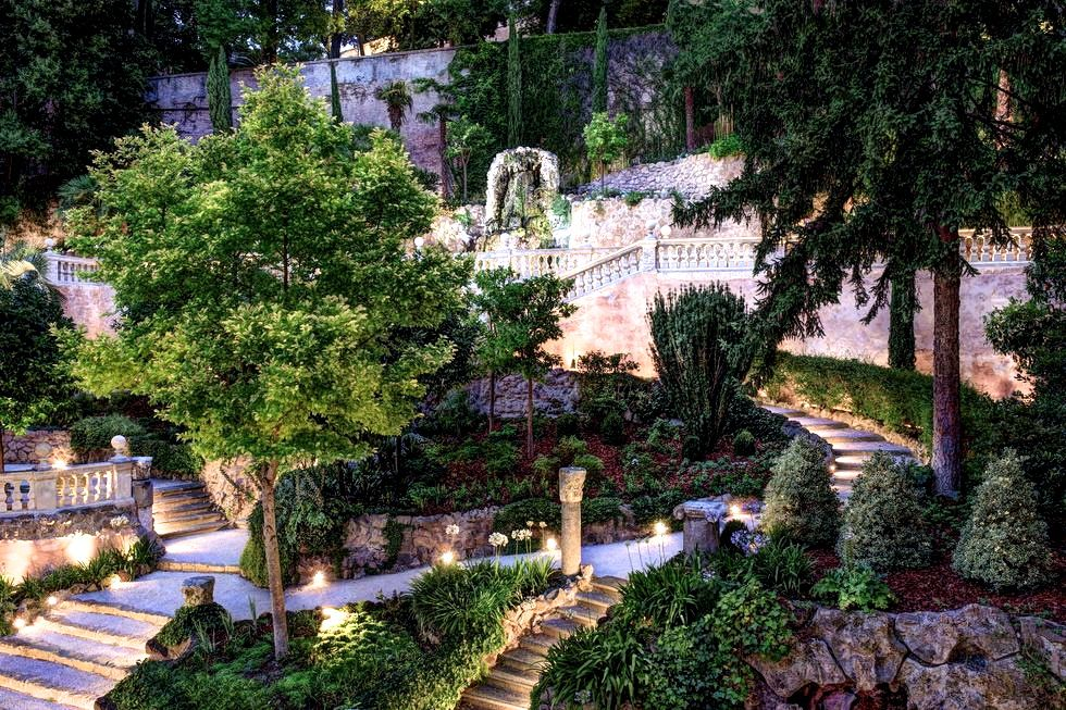 A spectacular view of the secret garden of the hotel for wedding in rome located in the city center