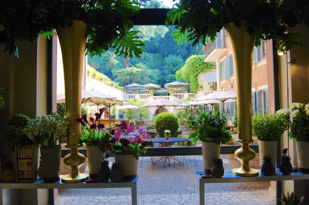 Hotel's Courtyard Rome for events and weddings surroundend by impressive gardens in the city center