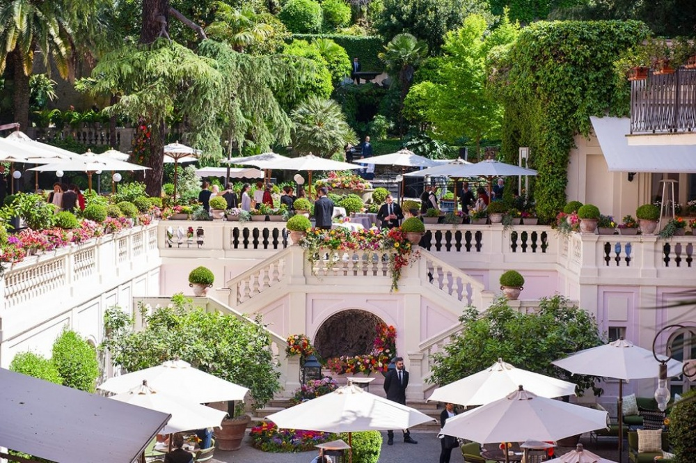 Terrace in Rome for wedding cocktail receptions with lounge area and umbrellas surrounded by gardens