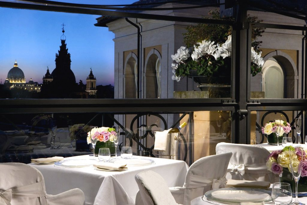 A romantic and elegant dinner set on the roof terrace with spectacular view over stPeter's by night