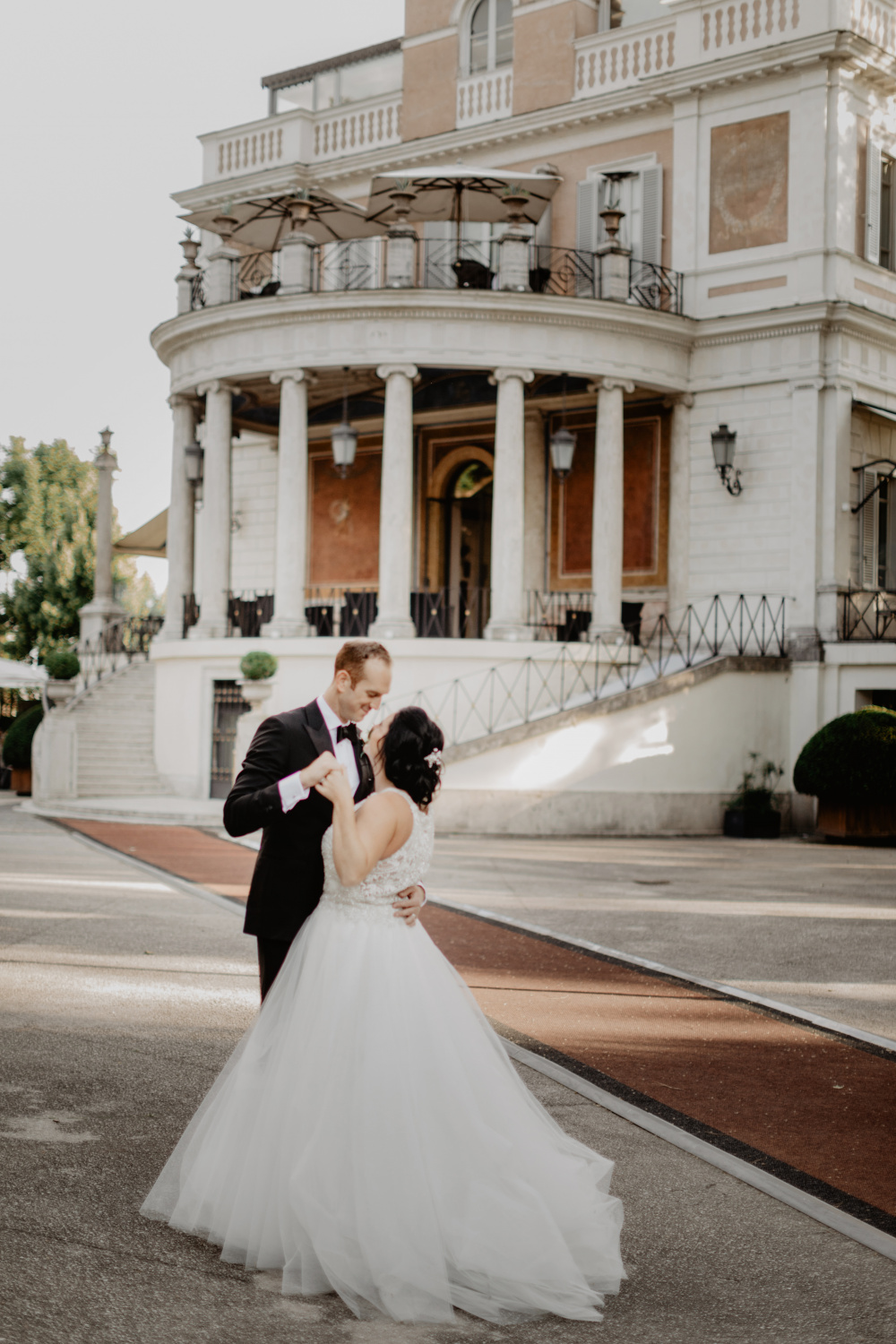 Bride and groom in front of the Venue Wedding Rome