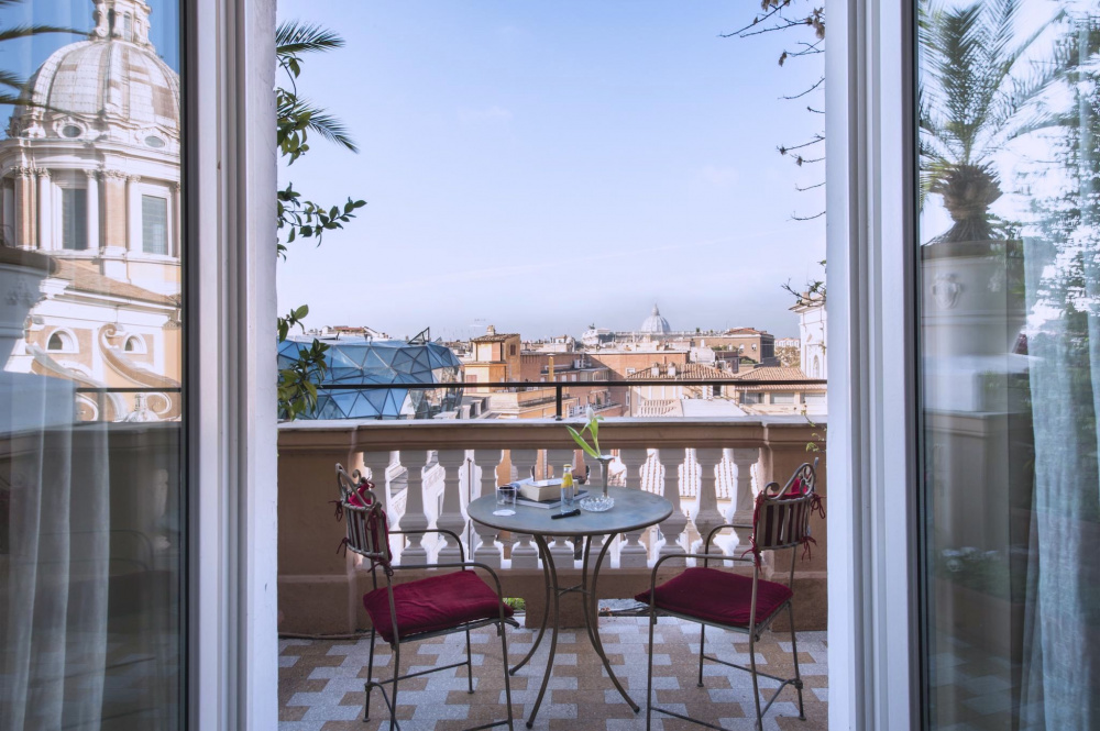 glimpse of panoramic view from suite's room, with elegante round coffee table and 2 chairs
