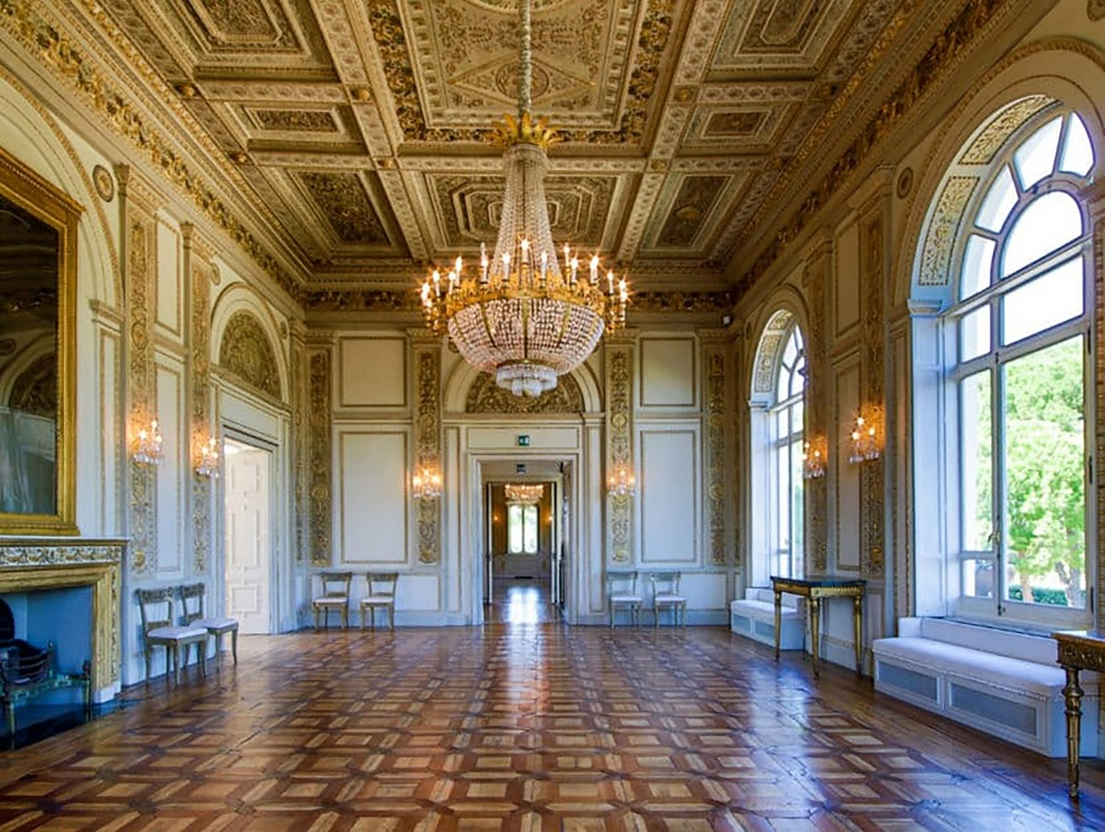 Wedding villa in Rome with luxury ballroom with grand chandelier